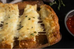 Как приготовить чесночные гренки с тремя видами сыра